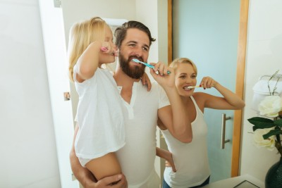 Familie putzt Zaehne