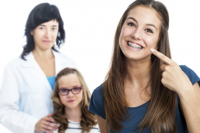 Maedchen mit Zahnspange